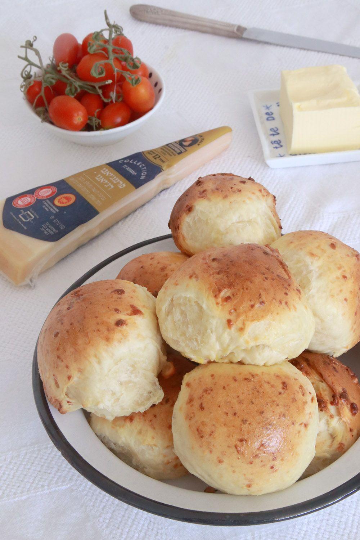 לחמניות חלב עם גבינת פרמז'ן | צילום: נטלי לוין
