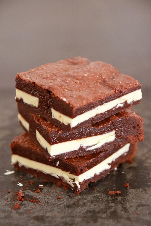 בראוניז שוקובו (או: בראוניז במילוי טבלת שוקולד)   צילום: נטלי לוין