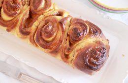 עוגת שמרים במילוי ריבה וחמאת בוטנים   צילום: נטלי לוין