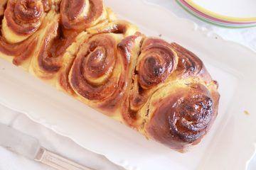 עוגת שמרים במילוי ריבה וחמאת בוטנים | צילום: נטלי לוין